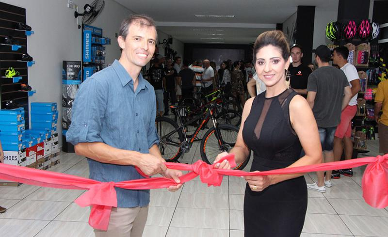 Proprietários da Cycling Nards descerram fita inaugural. Por: Aldinei Andreis